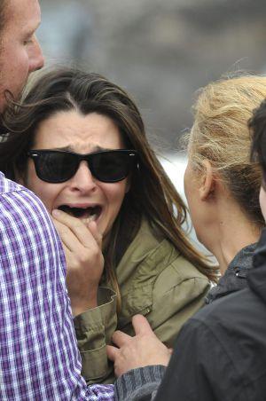 Una mujer llora en las inmediaciones de la mina.
