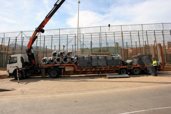 Un camión con el nuevo coronamiento cortante de la valla. Foto facilitada por la Comandancia de la Guardia Civil de Melilla.