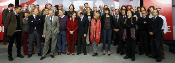 Alfredo Pérez Rubalcaba y miembros de la ejecutiva del PSOE, reunidos ayer con expertos que han colaborado en la redacción de la ponencia de la Conferencia Política.