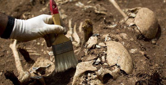 Exhumación deuna fosa común en el cementerio de Santo Toribio de Teba (Málaga) en mayo de 2012.