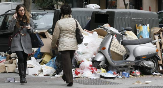 Basura acumulada en Madrid en la calle Alonso Cano.