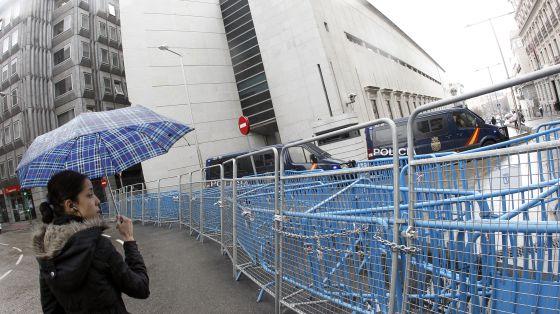 Una mujer ante las vallas instaladas ante el Congreso para impedir el acceso de manifestantes el pasado febrero.