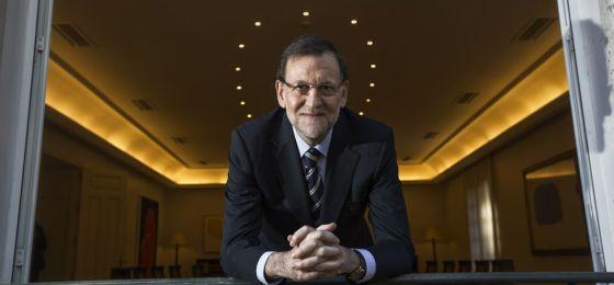 El presidente del Gobierno, Mariano Rajoy, asomado al balcón de la sala donde se realizó la entrevista en La Moncloa.
