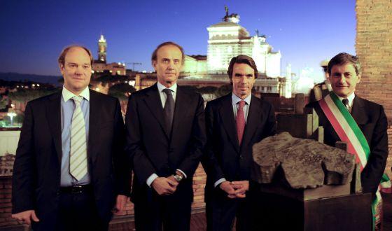 De izquierda a derecha, José Luis Rueda, el ministro de Política Comunitaria de Italia, José María Aznar y el alcalde de Roma, en la inauguración de una exposición de Gerardo Rueda en 2010, en Roma.rn rn