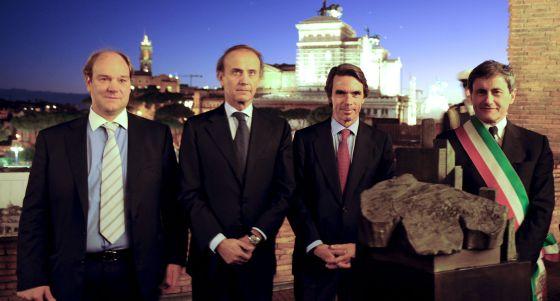 De izquierda a derecha, el hijo de Rueda, José Luis Rueda; el ministro italiano de Política Comunitaria, Andrea Ronchi; el expresidente Aznar y el alcalde de Roma, Gianni Alemanno.