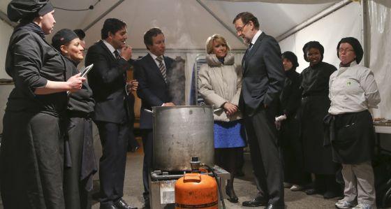 Rajoy y Aguirre ante la olla de cocer pulpo, en la cena de los militantes del PP en Collado Villalba (Madrid), el jueves pasado.