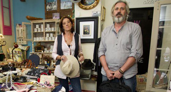 Inma y José, en su tienda de segunda mano en Málaga.