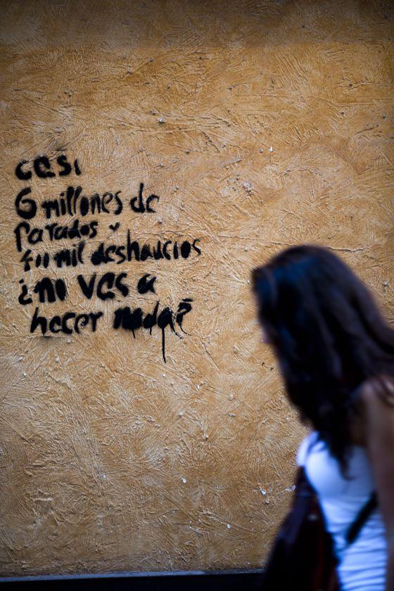 Una pintada en el centro de Madrid llama a la acción contra el aumento del paro y los desahucios,