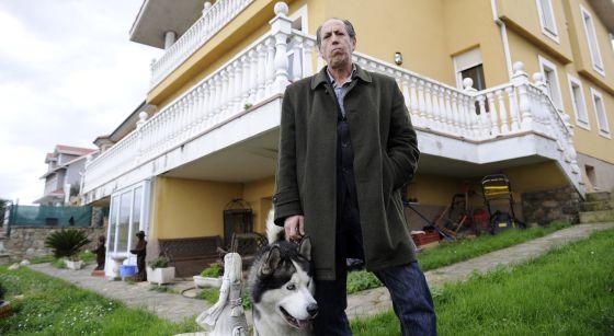 El empresario Jesús Ángel Vidal frente a la casa que puso como garantía para un crédito en Santa María del Mar (Castrillón, Asturias).