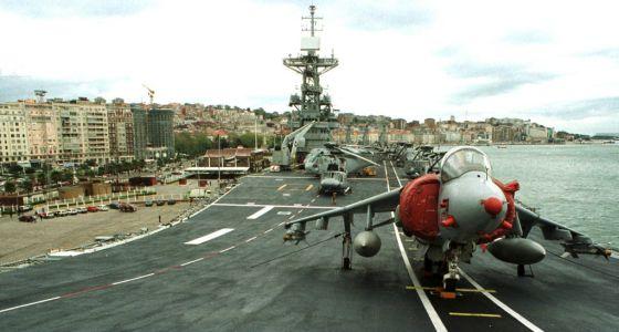 Un avión Harrier en el antiguo portaaviones Príncipe de Asturias.