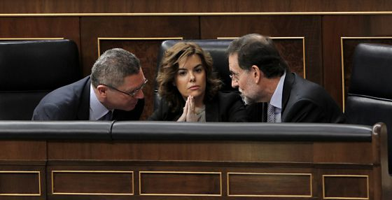 Ruiz Gallardón, Soraya Sáenz de Santamaría y Rajoy en el Congreso.