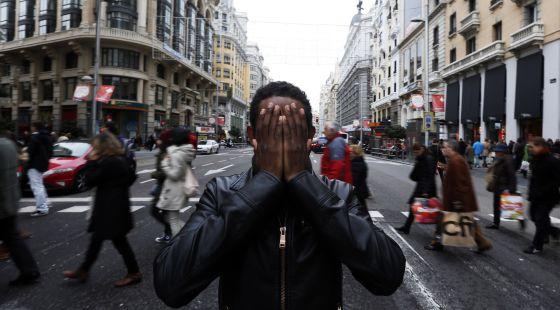 El camerunés Yafar, en la Gran Vía de Madrid, el pasado 28 de diciembre.  carlos rosillo (EL PAÍS)