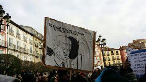 Vecinos de Burgos en la plaza Mayor, esperan la decisión del Pleno.
