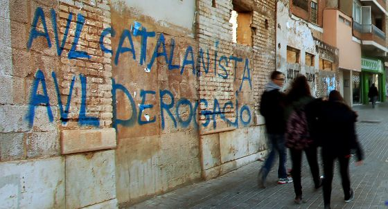 Pintada contra la Acadèmia de la Llengua frente a la sede de la institución en Valencia.