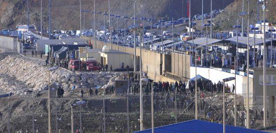 Los inmigrantes ante la frontera de El Tarajal el día de la tragedia.