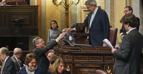 Gallardón entrega su voto a Posada.