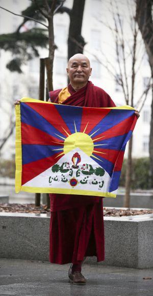 Thubten Wangchen, con la bandera tibetana, este martes en Madrid.