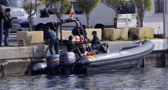La Guardia Civil traslada el nuevo cadáver hasta el puerto.