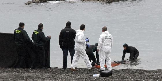 La Guardia Civil recupera un cadáver en la playa del Tarajal (Ceuta).