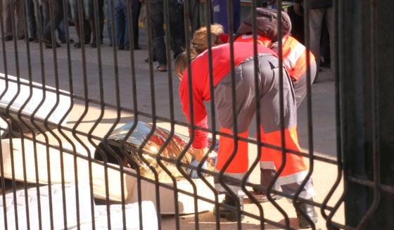 Dos miembros de Cruz Roja atienden a un sin papeles en el CETI de Melilla.