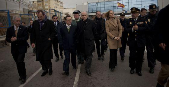 Fernández, en el centro, durante su visita a Ceuta.