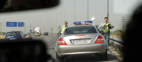 Vehículo camuflado de la Agrupación de Tráfico de la Guardia Civil con un radar para detectar infracciones por exceso de velocidad.