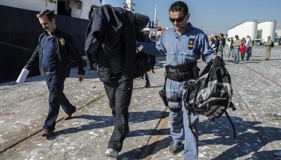 Uno de los marinos sirios detenidos en el Mayak.