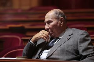 El Senado francés rechazó levantar la inmunidad del exalcalde y cuarta fortuna del país Serge Dassault por un escándalo de compra de votos. Ante la presión, en febrero tuvo que pedir que le despojaran definitivamente del privilegio.