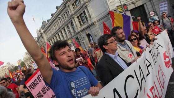 El secretario general del PCE José Luis Centella (con traje) en la cabecera de la manifestación en Madrid. / SANTI BURGOS