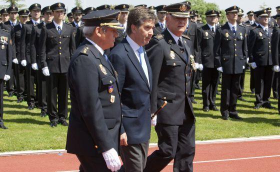 Ignacio Cosidó pasa revista a una formación de policías en junio del pasado año.