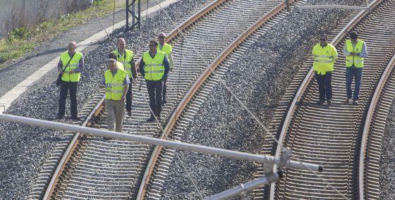 Técnicos y peritos inspeccionan el pasado mes de marzo la curva de Angrois, donde se estrelló el tren Alvia.