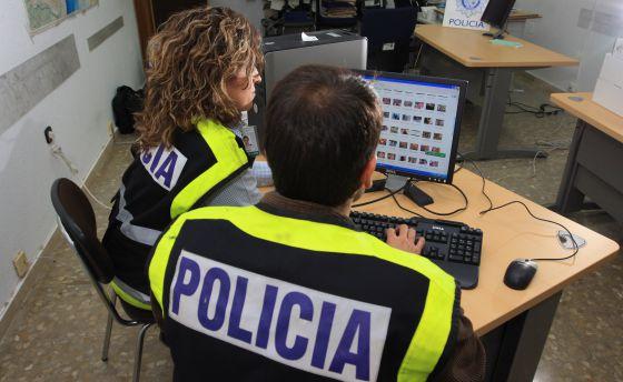 gentes especializados en la persecución de delitos tecnológicos analizan material decomisado en una operación contra la pederastia.