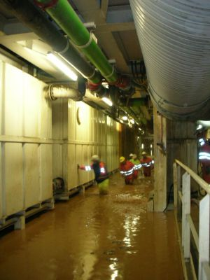 Empleados trabajando en un túnel inundado.