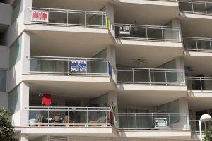 Edificio de apartamentos de Marina d'Or esta semana con varios carteles de se vende.