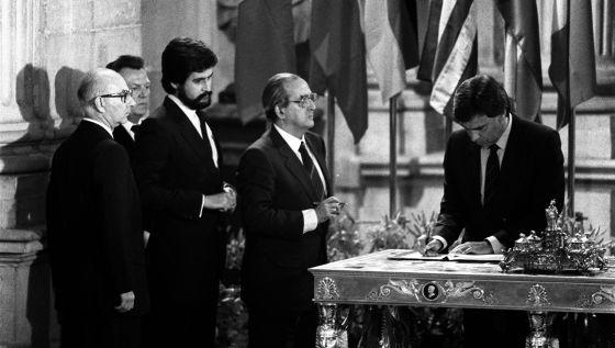 González firma el Tratado de Adhesión de España a la CE.