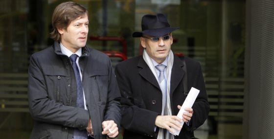 Los jueces Javier Gomez Bermudez (d) y Santiago Pedraz (i) a su salida de la Audiencia Nacional de la Calle Prim de Madrid.