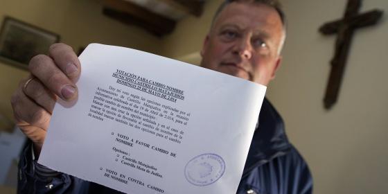 Lorenzo Rodriguez, alcalde de Castrillo Matajudios, sujeta una de las papaletes que se han utilizado este domingo.