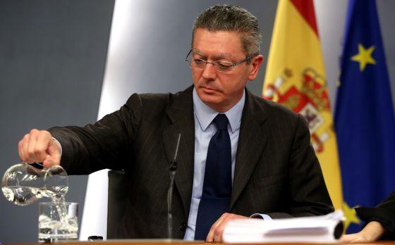 Alberto Ruiz-Gallardón, en rueda de prensa tras un Consejo de Ministros el pasado abril.