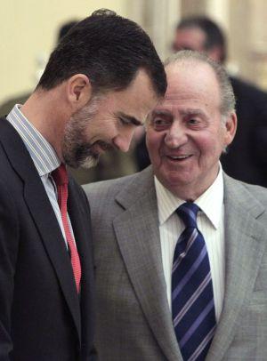 El Rey don Juan Carlos, junto al Príncipe de Asturias, durante la ceremonia de los Premios Nacionales del Deporte, en el Palacio de El Pardo.