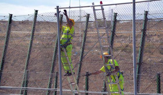 Operarios reparan la valla de Melilla, el 28 de mayo.