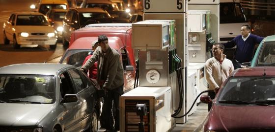 Colas de vehículos para repostar en una gasolinera.