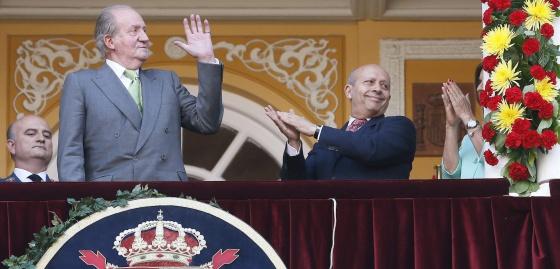 El rey Juan Carlos y el ministro José Ignacio Wert, en el palco real de Las Ventas, el 4 de junio de 2014.
