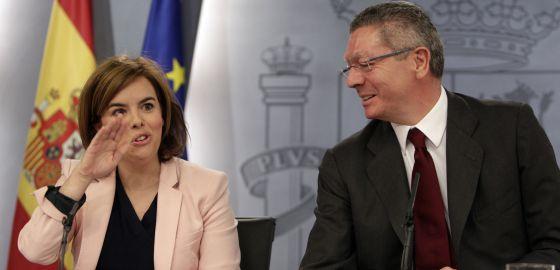 Alberto Ruiz Gallardón junto a Soraya Saez de Santamaría, en una rueda de prensa.