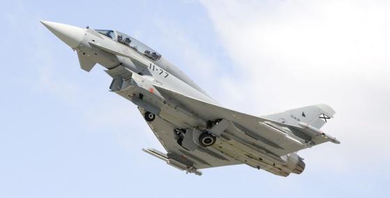 Vista del Eurofighter en vuelo, en el momento del despegue.