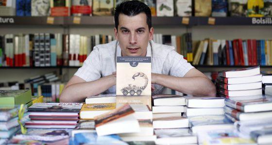 El teniente Luis Gonzalo Segura, con un ejemplar de su novela, ayer en la Feria del Libro de Madrid.