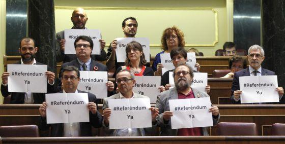 Diputados de Izquierda Plural piden un referéndum durante la votación.