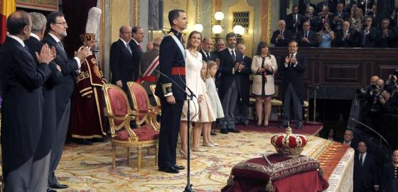 Las Cortes Generales aplauden a los nuevos Reyes.