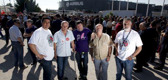 Raúl Fernández, José Alcázar, Gerónimo Martín, Tomás García y Rodolfo Malo, delante de la sede de Airbus en Getafe.