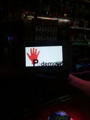 González muestra en el móvil el logo de su marca registrada.