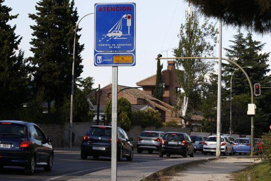 Semáforo con cámara en la calle Cardenal Herrera Oria de Madrid.